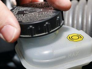 Cómo comprobar el líquido de frenos