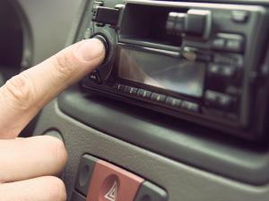 ¿Cómo limpiar el carburador y cómo conectar la radio del coche?